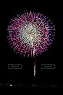 バック グラウンドでコスモ時計 21 空に花火の写真・画像素材[1450358]