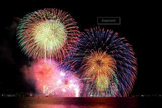 バック グラウンドでコスモ時計 21 空に花火の写真・画像素材[1450364]
