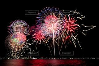 空に花火のグループの写真・画像素材[1450368]