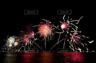 空に花火のグループの写真・画像素材[1450376]