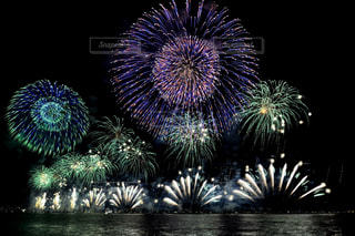 バック グラウンドでコスモ時計 21 空に花火のグループの写真・画像素材[1450381]