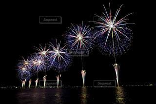 空に花火のグループの写真・画像素材[1450384]