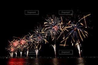 空に花火のグループの写真・画像素材[1450388]