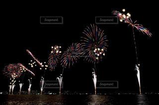 空に花火のグループの写真・画像素材[1450390]