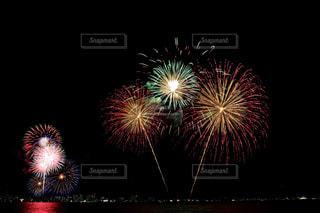空に花火のグループの写真・画像素材[1450401]