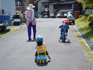 バイクの後ろに乗っている人のグループの写真・画像素材[1458301]