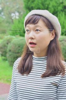 ストライプのシャツの女性の写真・画像素材[1458363]