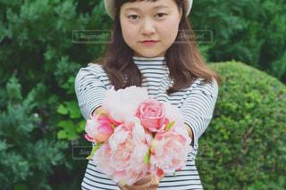 花を持っている人の写真・画像素材[1458422]