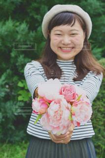 女性,自然,公園,花,ロングヘア,屋外,ピンク,緑,花束,ボーダー,帽子,バラ,女,女の子,草,ベレー帽,薔薇,樹木,人物,人,顔,明るい,植物園,ピンク色,桃色,pink,pink色