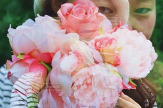 女性,自然,公園,花,ロングヘア,屋外,ピンク,緑,花束,ボーダー,帽子,バラ,景色,女,女の子,草,ベレー帽,薔薇,樹木,人物,人,顔,装飾,明るい,植物園,ピンク色,桃色,pink,草木,pink色