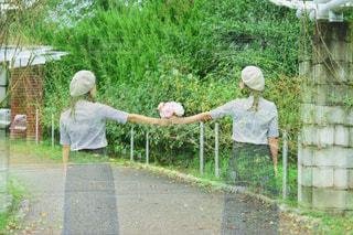 女性,自然,公園,花,ロングヘア,森林,屋外,ピンク,緑,花束,ボーダー,帽子,バラ,景色,女,女の子,草,ベレー帽,薔薇,樹木,スカート,人物,人,顔,装飾,ポーズ,明るい,植物園,ピンク色,桃色,pink,草木,pink色
