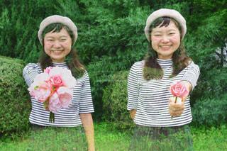 女性,屋外,ピンク,花束,ボーダー,帽子,スマイル,バラ,景色,鮮やか,女の子,草,ベレー帽,薔薇,樹木,スカート,布,人物,人,笑顔,顔,装飾,ポーズ,明るい,新鮮,植物園,ピンク色,桃色,pink,草木,ガーデン,pink色
