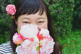 女性,花,屋外,ピンク,花束,ボーダー,スマイル,バラ,景色,鮮やか,女の子,草,薔薇,樹木,布,人物,人,笑顔,顔,装飾,ポーズ,明るい,新鮮,目,植物園,ピンク色,桃色,pink,草木,ガーデン,少し,pink色