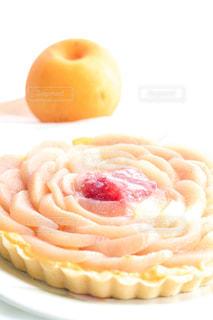 食べ物,スイーツ,花,秋,ケーキ,屋内,白,デザート,テーブル,フルーツ,果物,皿,梨,タルト,布,お菓子,ハンドメイド,料理,装飾,手作り,食,食欲,秋の味覚,重ねる,食欲の秋,配置,梨のタルト
