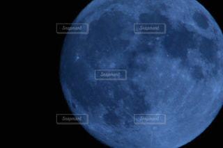 近くに月のアップの写真・画像素材[1479063]