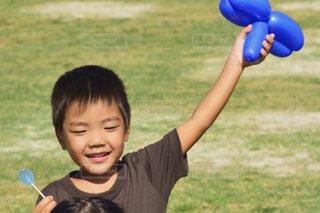 子ども,屋外,風船,男子,草,人物,人,未来,飴,バルーン,あめ,少年,男の子,若い,夢,目標,可能性,少し