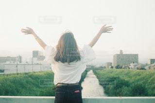 女性,空,屋外,自由,女,女の子,人物,人,未来,若い,夢,ポジティブ,目標,可能性