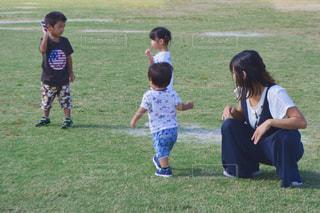 フィールドでサッカー ボールを保持している小さな女の子の写真・画像素材[1646552]