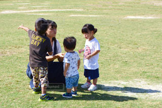 フィールドのゲームの若い男の子のグループの写真・画像素材[1646557]