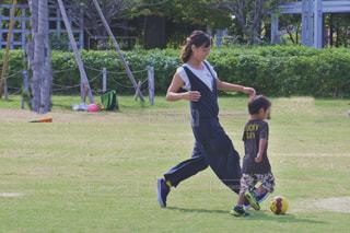 少女がフリスビーを再生フィールドでサッカー ボールを保持の写真・画像素材[1646560]