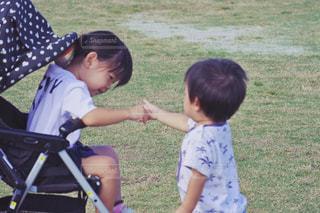 草の中に立っている小さな男の子の写真・画像素材[1646563]