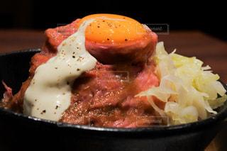 食べ物,食事,屋内,黒,女,皿,昼食,レストラン,卵,肉,料理,ローストビーフ丼,ローストビーフ,ソース,どんぶり