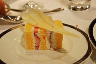 皿の上のケーキの一部の写真・画像素材[1664276]