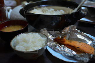テーブルの上に食べ物のプレートの写真・画像素材[1709395]