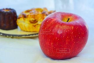 テーブルの上に座って赤いリンゴの写真・画像素材[1764929]