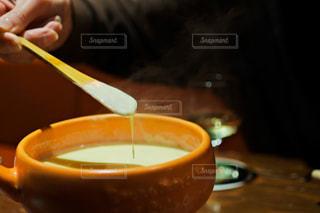 スプーンでテーブルに座っている人の写真・画像素材[1772105]