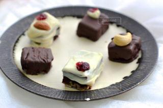 皿にチョコレート ケーキの写真・画像素材[1791347]