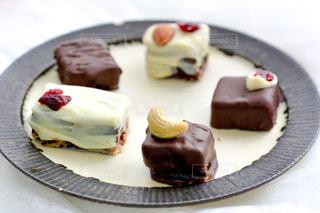 食べ物,スイーツ,プレゼント,デザート,テーブル,皿,洋菓子,ナッツ,お菓子,チョコレート,料理,バレンタイン,装飾,チョコ,手作り,レシピ,バレンタインデー,ギフト,トリュフ,トッピング,ドライフルーツ,ホワイトチョコレート,生チョコ,友チョコ,義理チョコ,配置,本命チョコ
