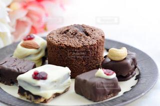 皿にチョコレート ケーキの写真・画像素材[1791407]