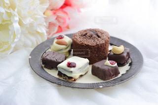 皿にチョコレート ケーキの写真・画像素材[1791413]