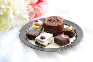 皿にチョコレート ケーキの写真・画像素材[1791420]
