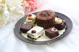皿にチョコレート ケーキの写真・画像素材[1791424]