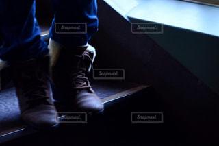 暗い部屋に坐っていた男の写真・画像素材[1801073]