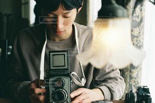 カメラを持って男の写真・画像素材[1842913]