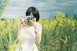花を持っている人の写真・画像素材[1852762]