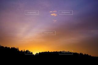 夕焼け空に浮かぶ雲のグループの写真・画像素材[1852848]