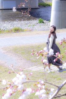 草の中を歩く女性の写真・画像素材[1884422]