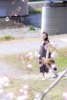草の中に立っている少女の写真・画像素材[1884428]