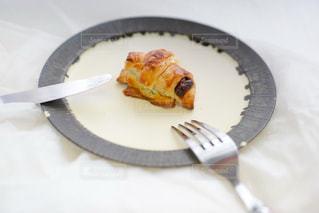 フォーク付きの食べ物の皿の写真・画像素材[2267277]