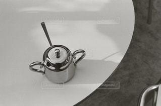 テーブルの上でコーヒーを一杯飲むの写真・画像素材[2267281]