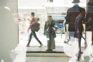 歩道を歩く人々のグループの写真・画像素材[2276851]