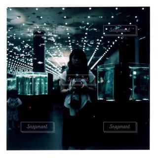 部屋に立っている人の写真・画像素材[2276854]