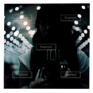 女性,カメラ,自撮り,幻想的,水族館,暗い,ライト,女,人物,人,大人,明るい,博物館,ショーウィンドウ,セルフショット