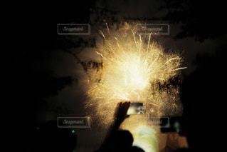 暗闇で爆発する花火の写真・画像素材[2286057]