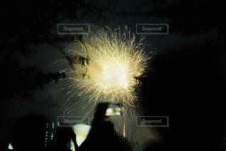 暗闇で爆発する花火の写真・画像素材[2286062]