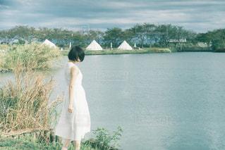 水域の前に立っている人の写真・画像素材[2355486]